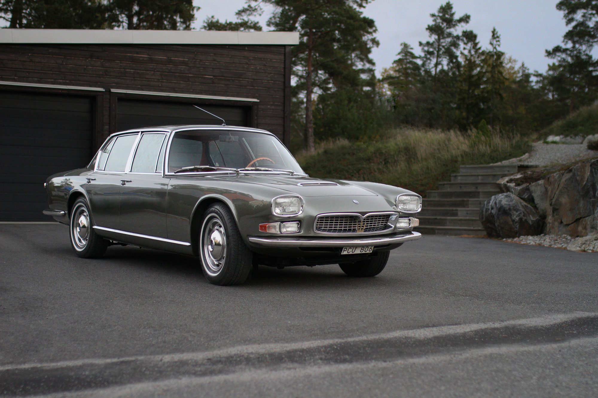 Maserati Quattroporten parkerad magnifikt på garageplats.