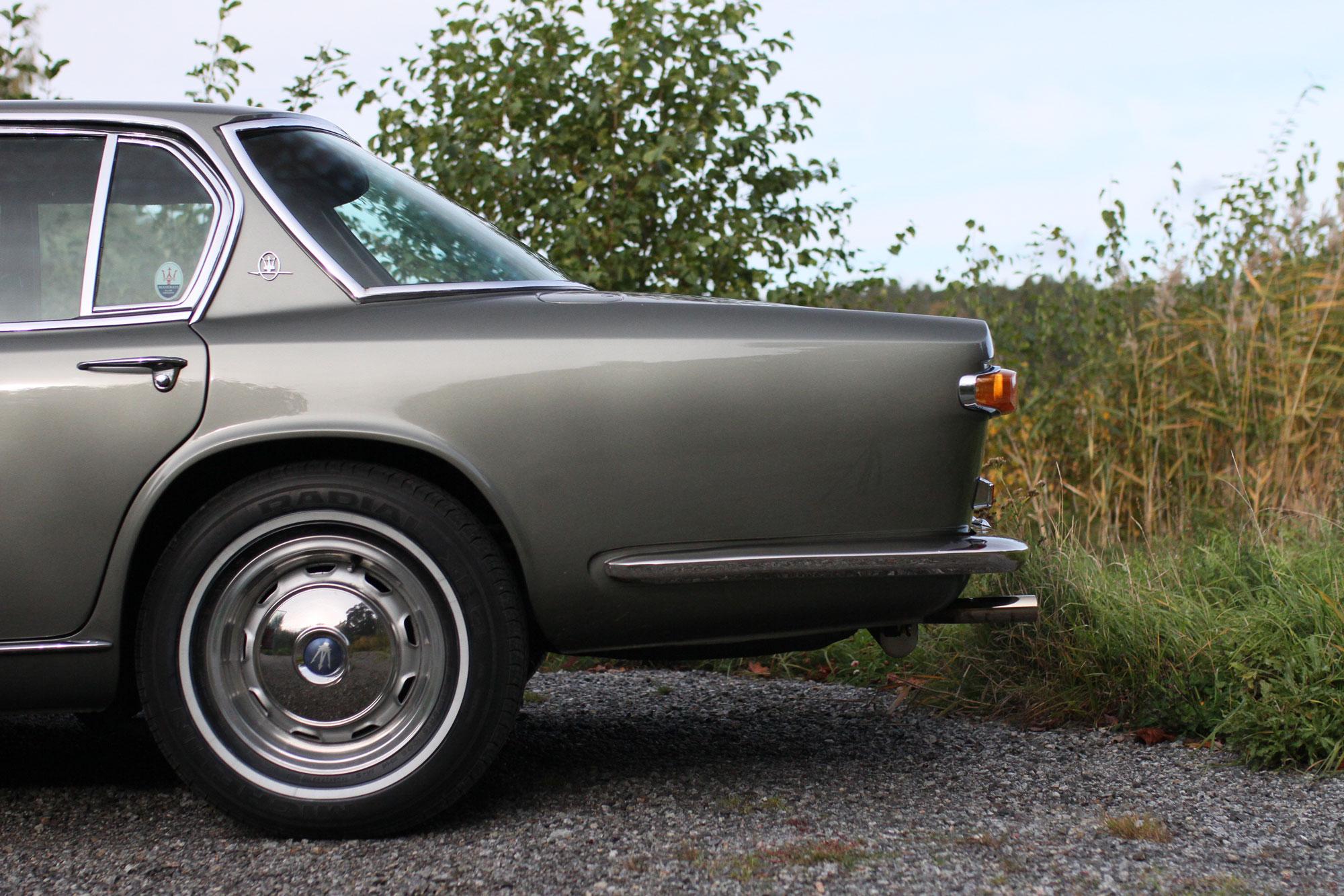 Vänster bakskräm och sida på Maserati Quattroporte grå