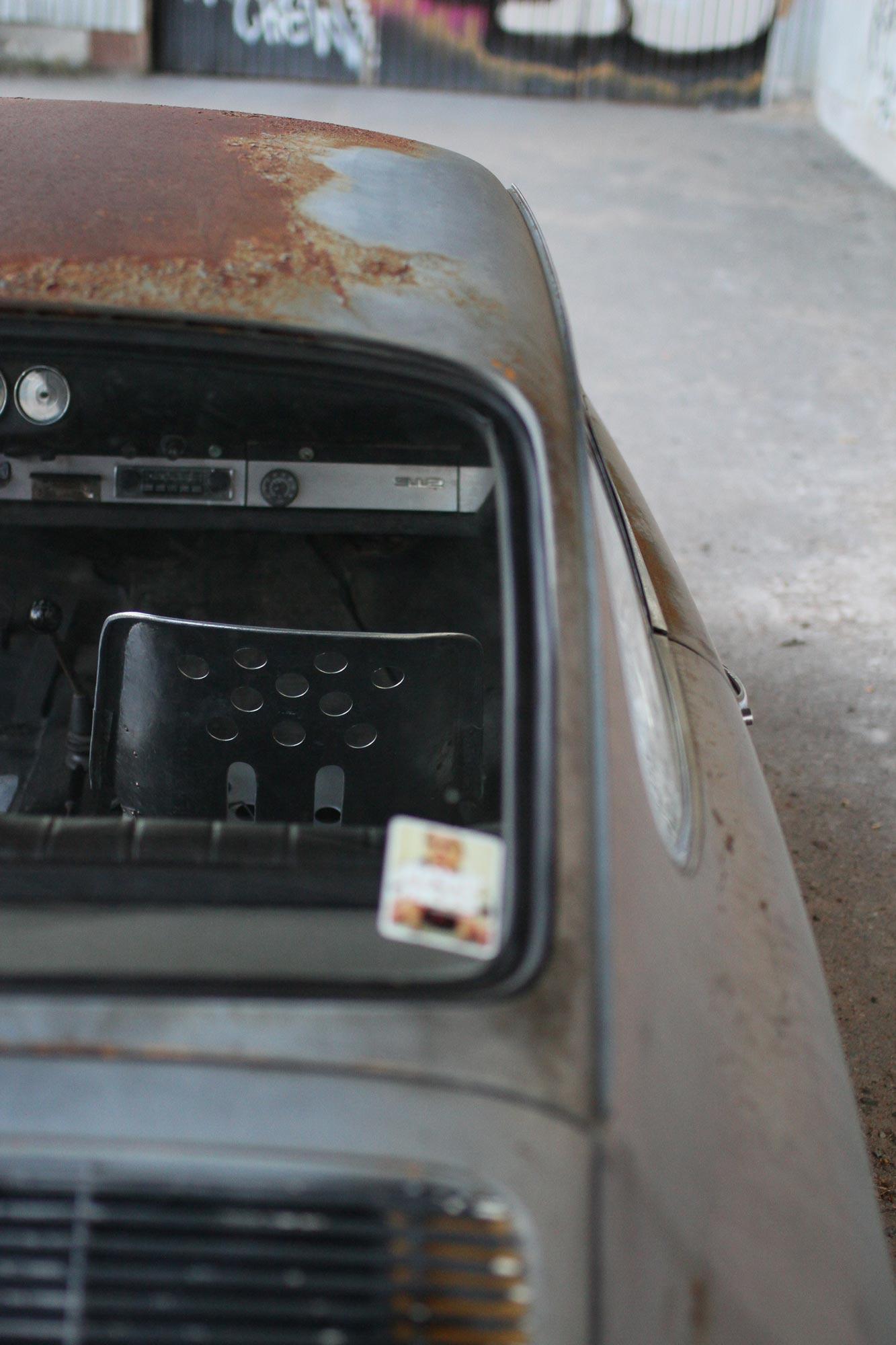 Inredningen på Porsche 912 bakifrån genom bakfönsterrutan