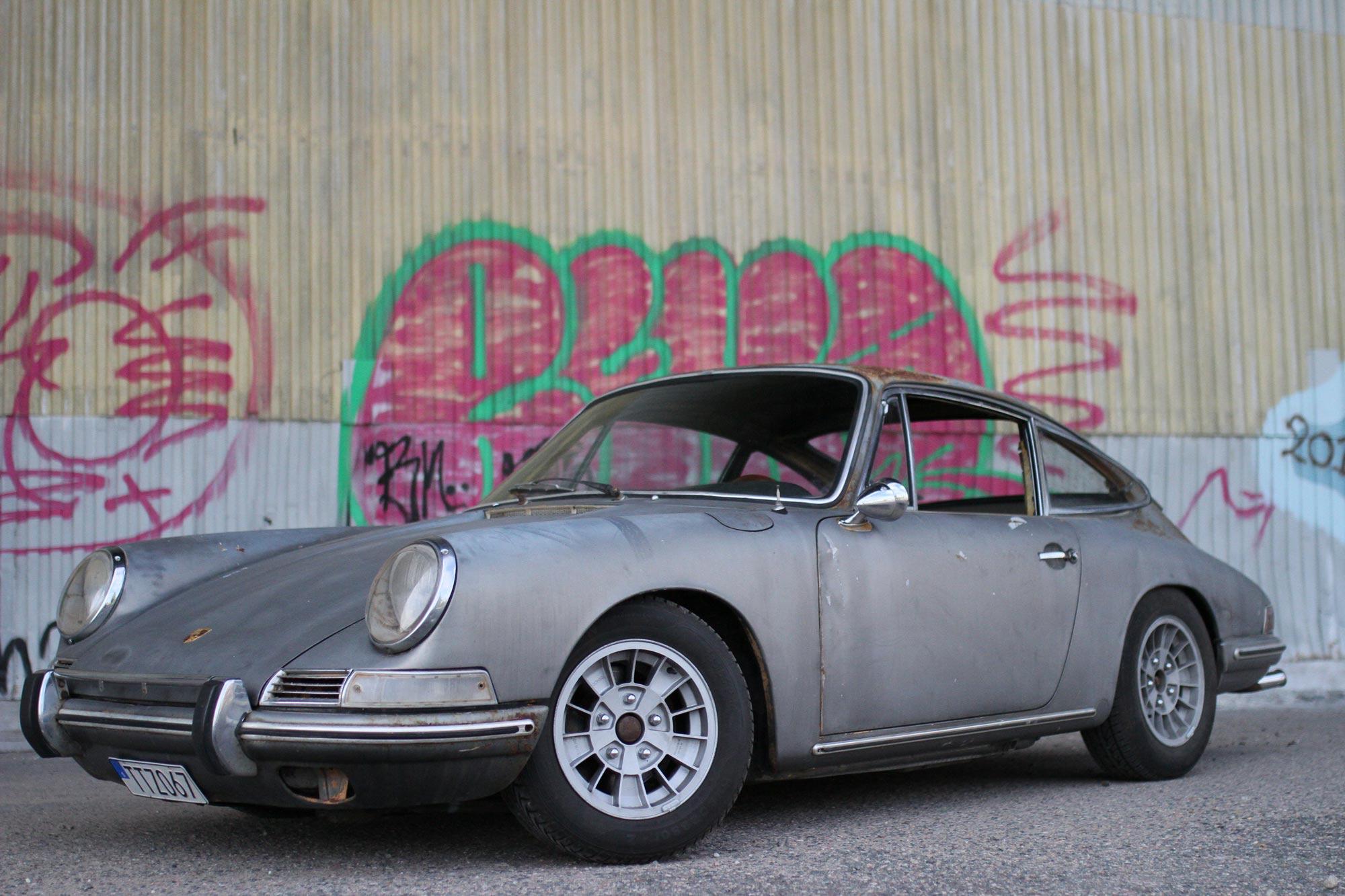 Porsche 912 snett framifrån vänster med graffiti på vägen och Ronal Kleblatt fälgar