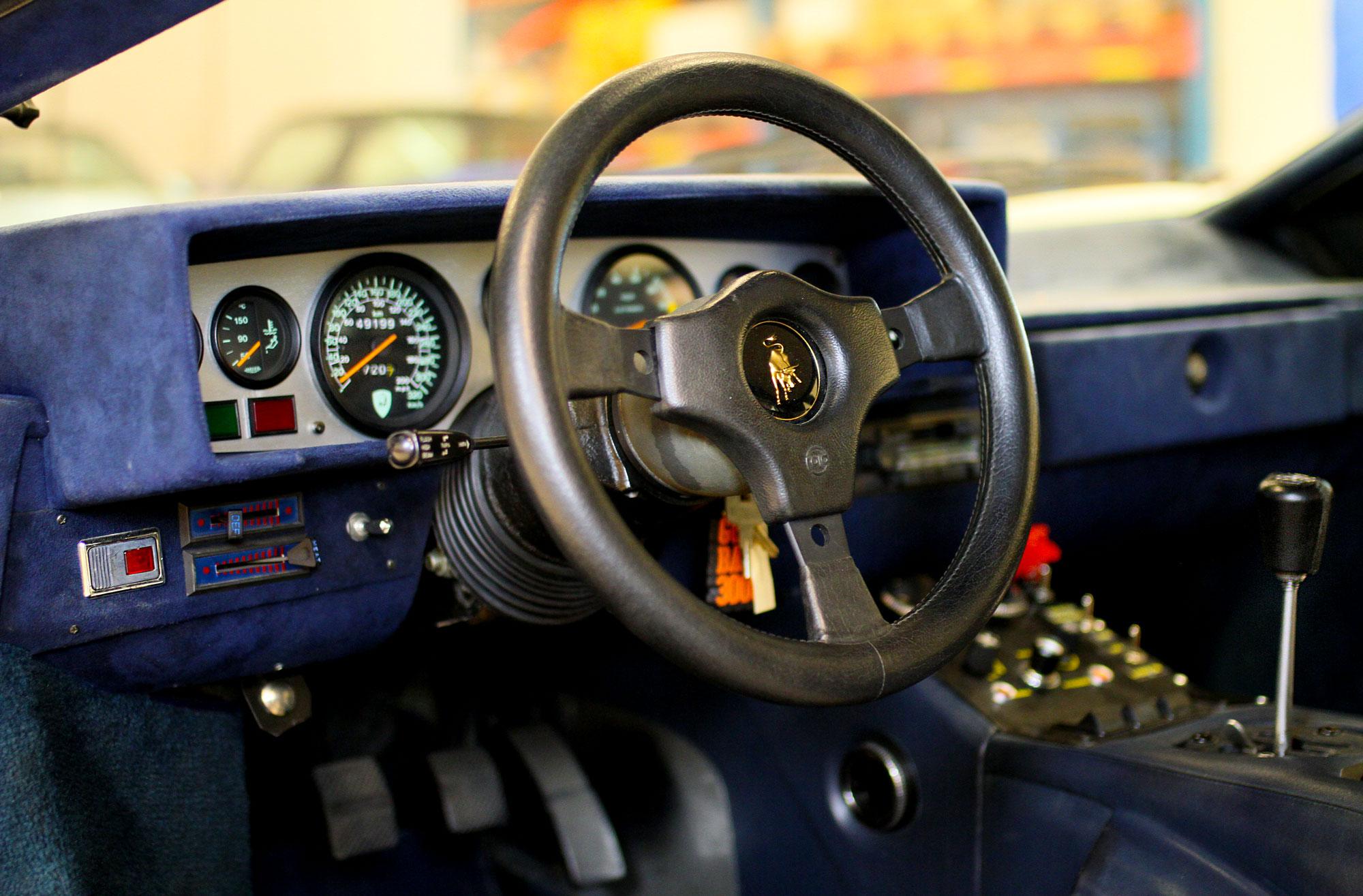 Lamborghini Countach Blå Inredning Läder Mocka med röd avfyrningsknapp