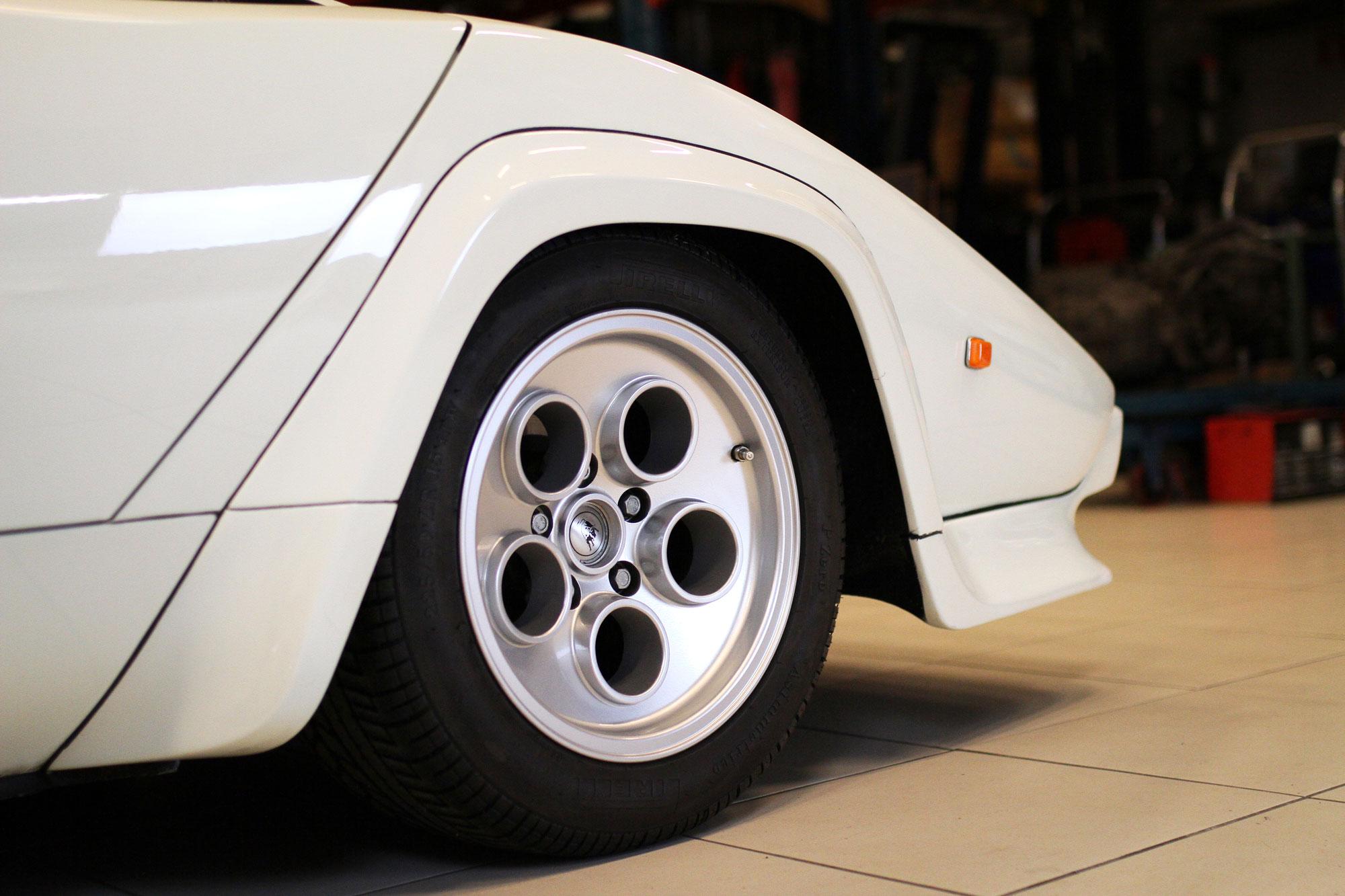 Lamborghini Countach Vit Front ståendes i garaget med de klassiska fälgarna med 5 hål i sig