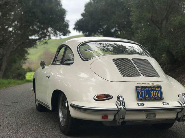 Elfenbensvit Porsche 356 i de Kaliforniska skogarna