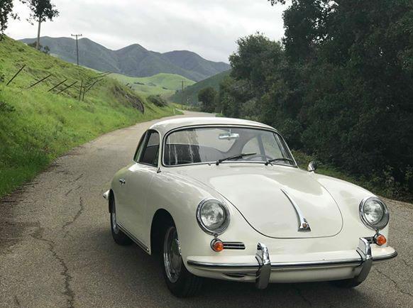 Elfenbensvit Porsche 356 i Kaliforniens skogar