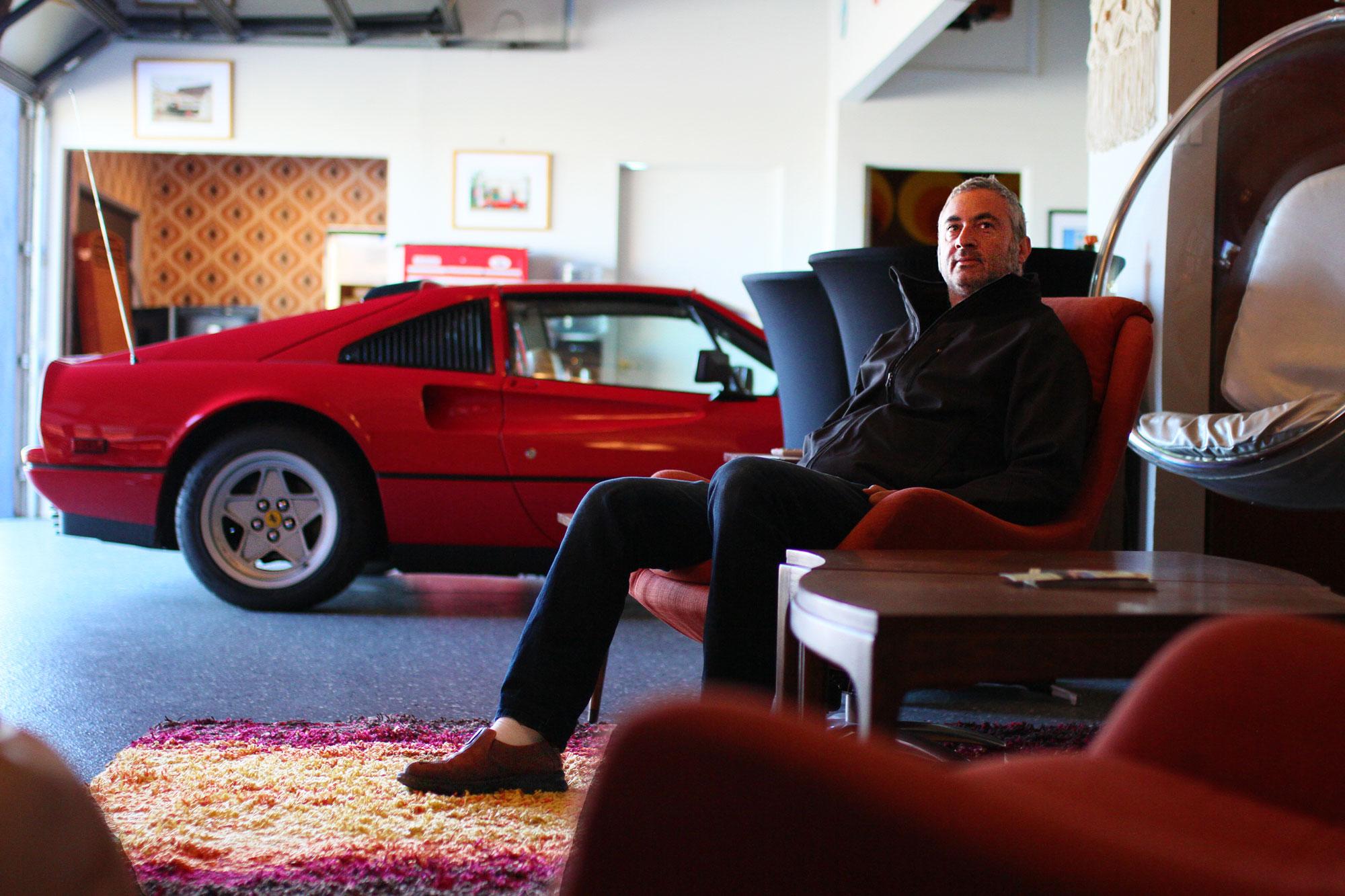 Brian Waldman sitter avslappnad i en av fåtöljerna i launch delen av Garage 77