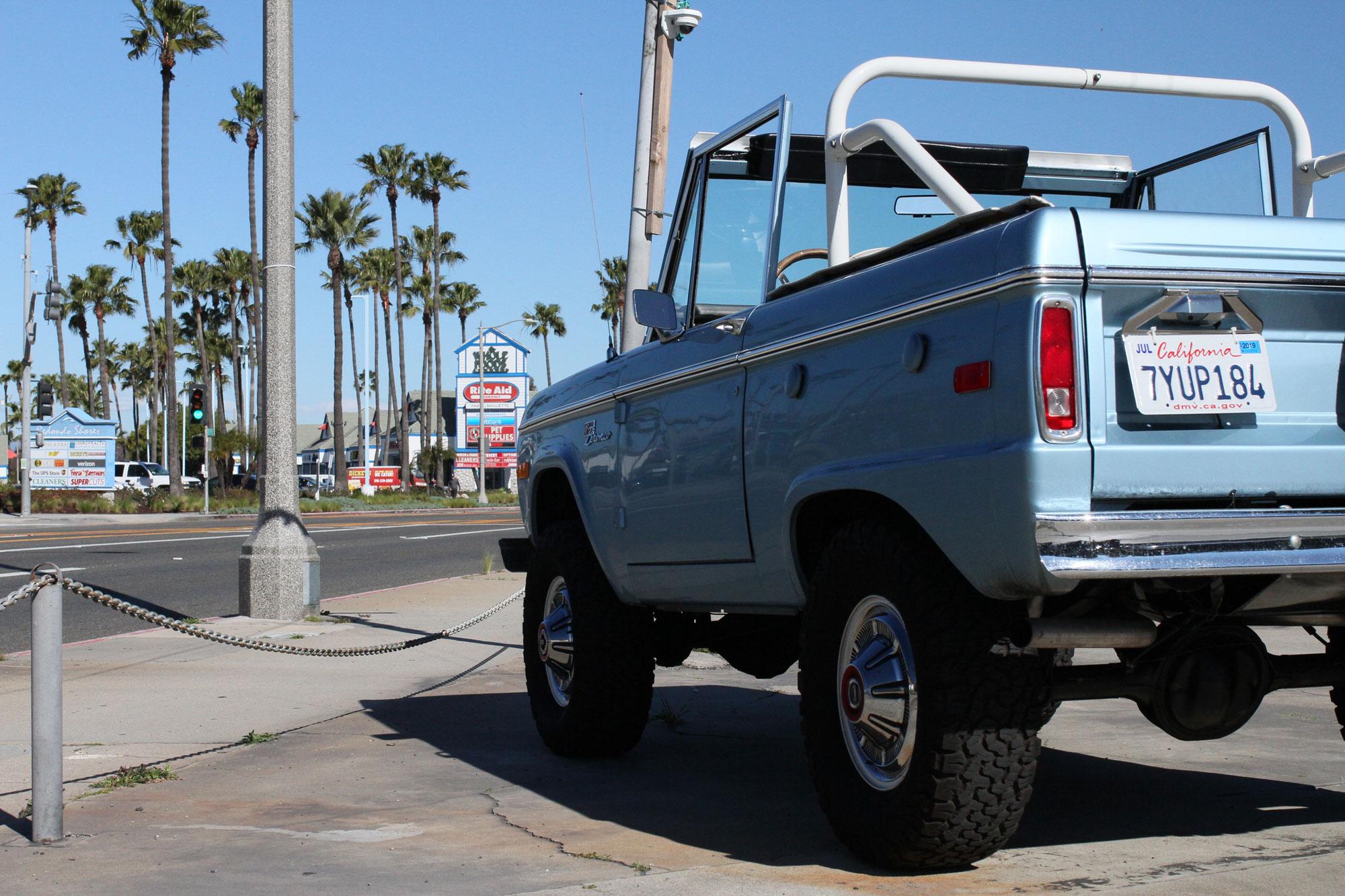 Ford Bronco ljusblå vid Highway one mitt på ljusa dagen