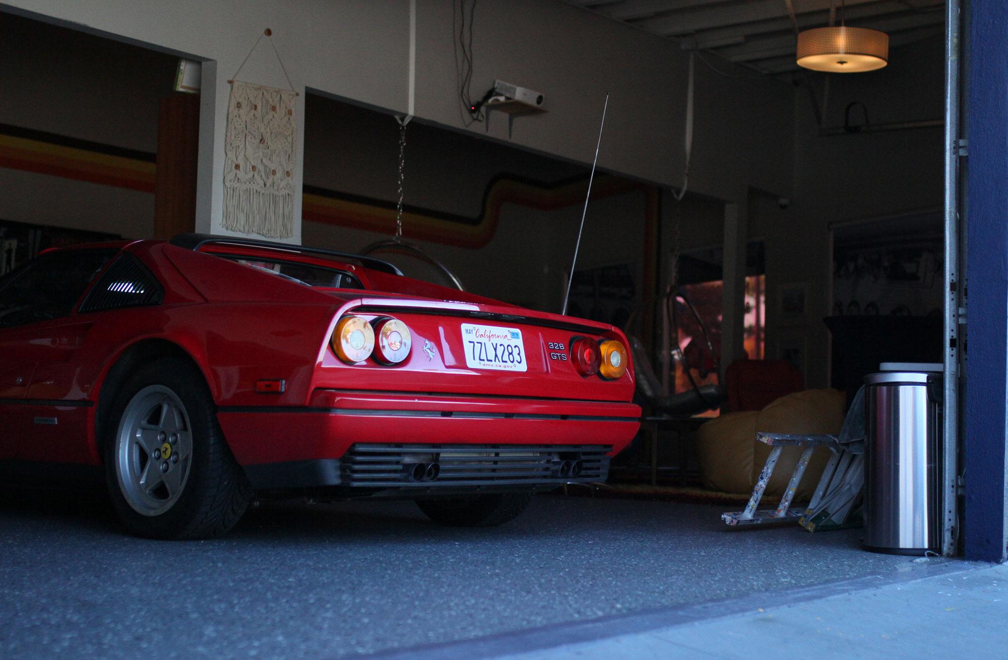 Ferrari 328 gts i framför ett par av helg eventets stegar