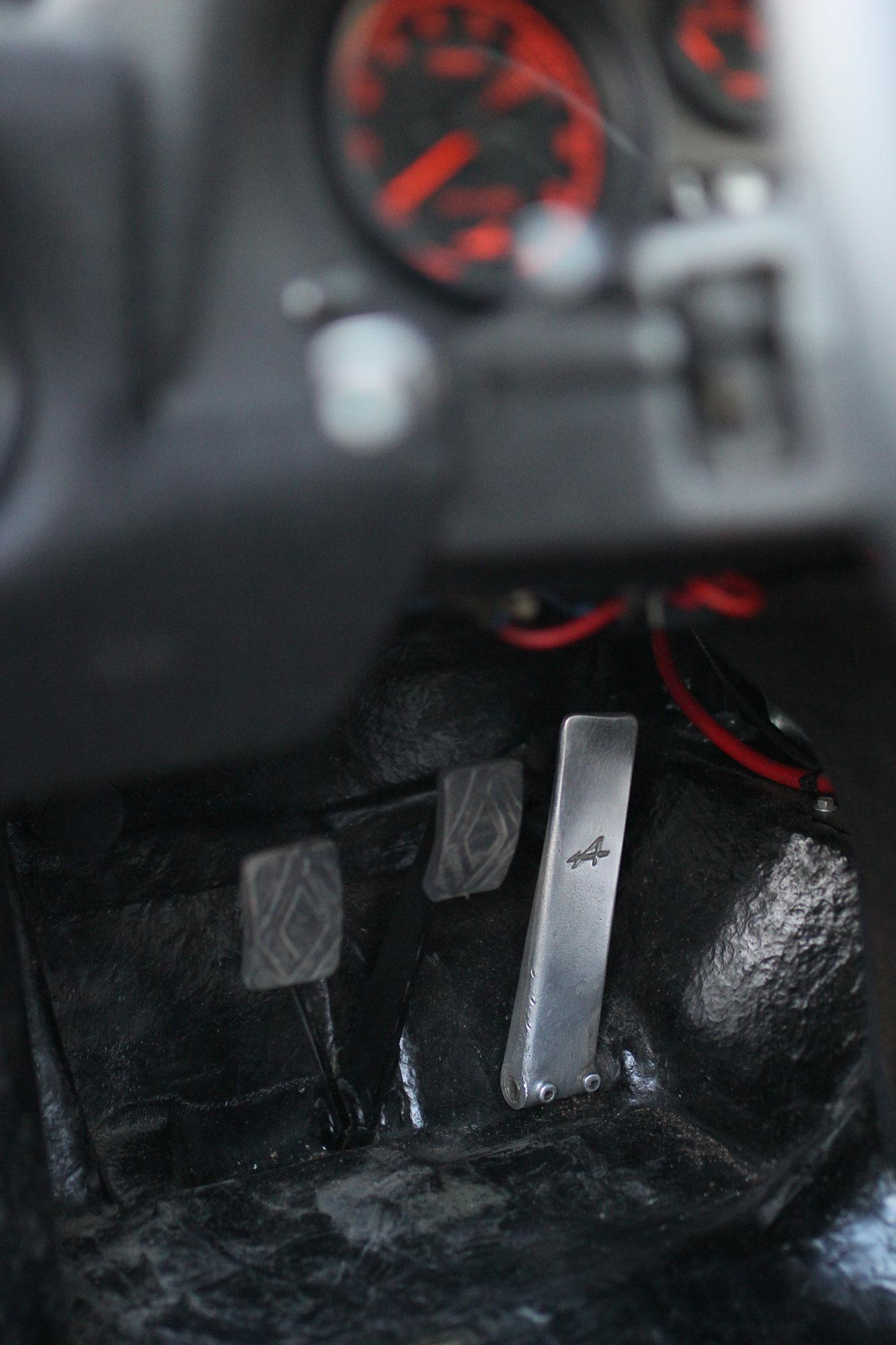 Gaspedalen nere i Renault Alpine A310