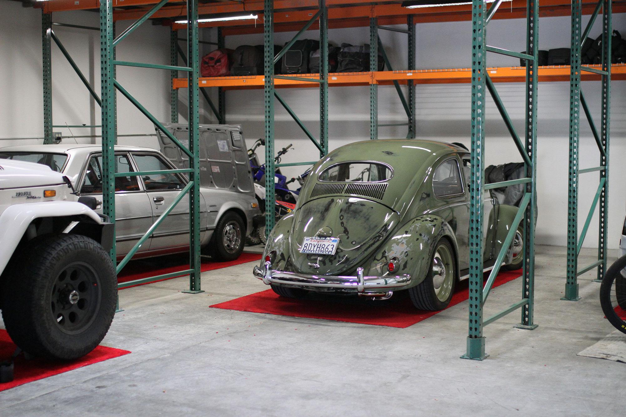 VW Bubbla Patina uställningsbil, Honda Accord med 180 hästkrafter och Toyota FJ40 i ett garage