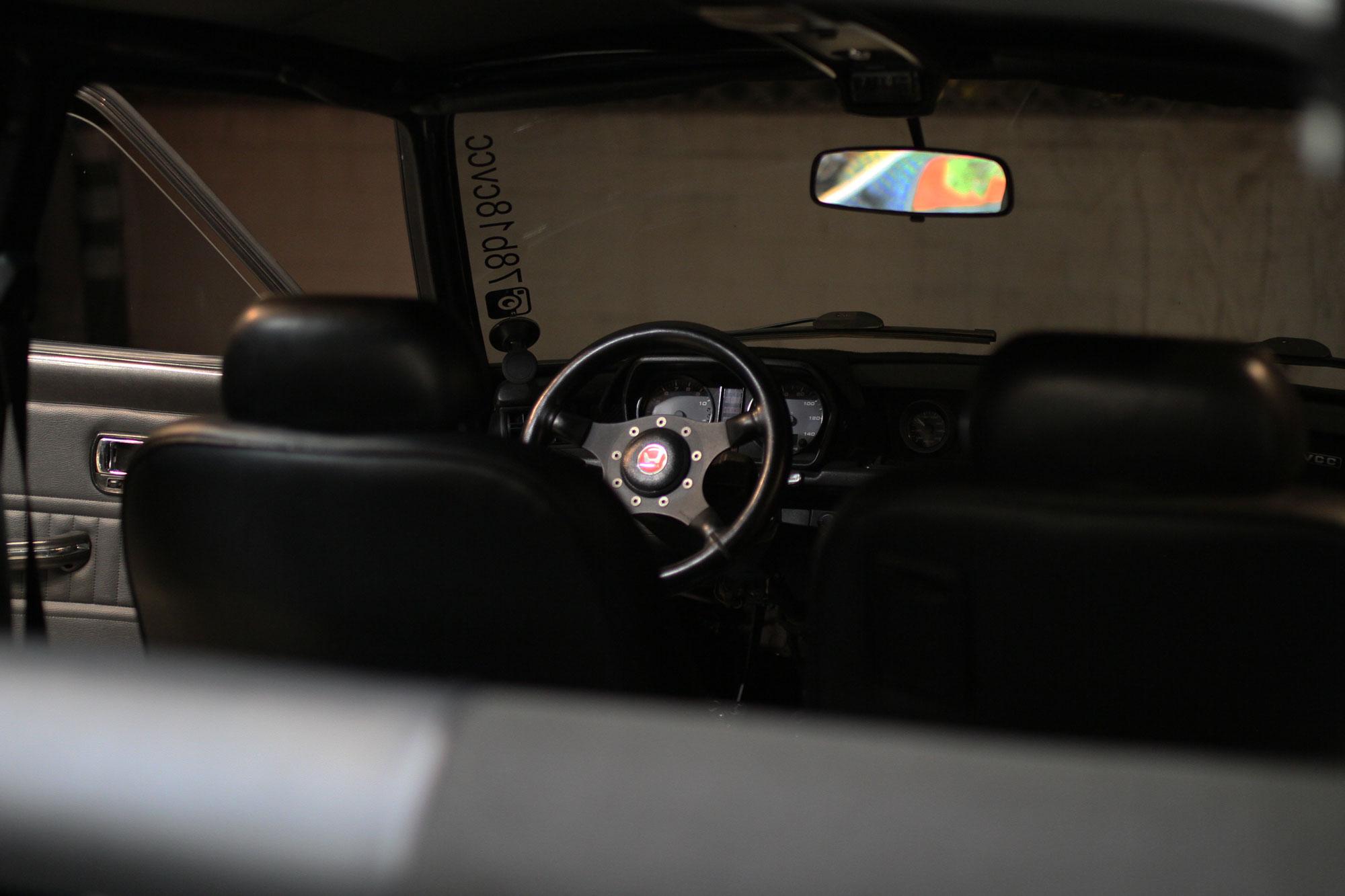 Den svarta original ratten med det röda Honda emblemet inuti Civic