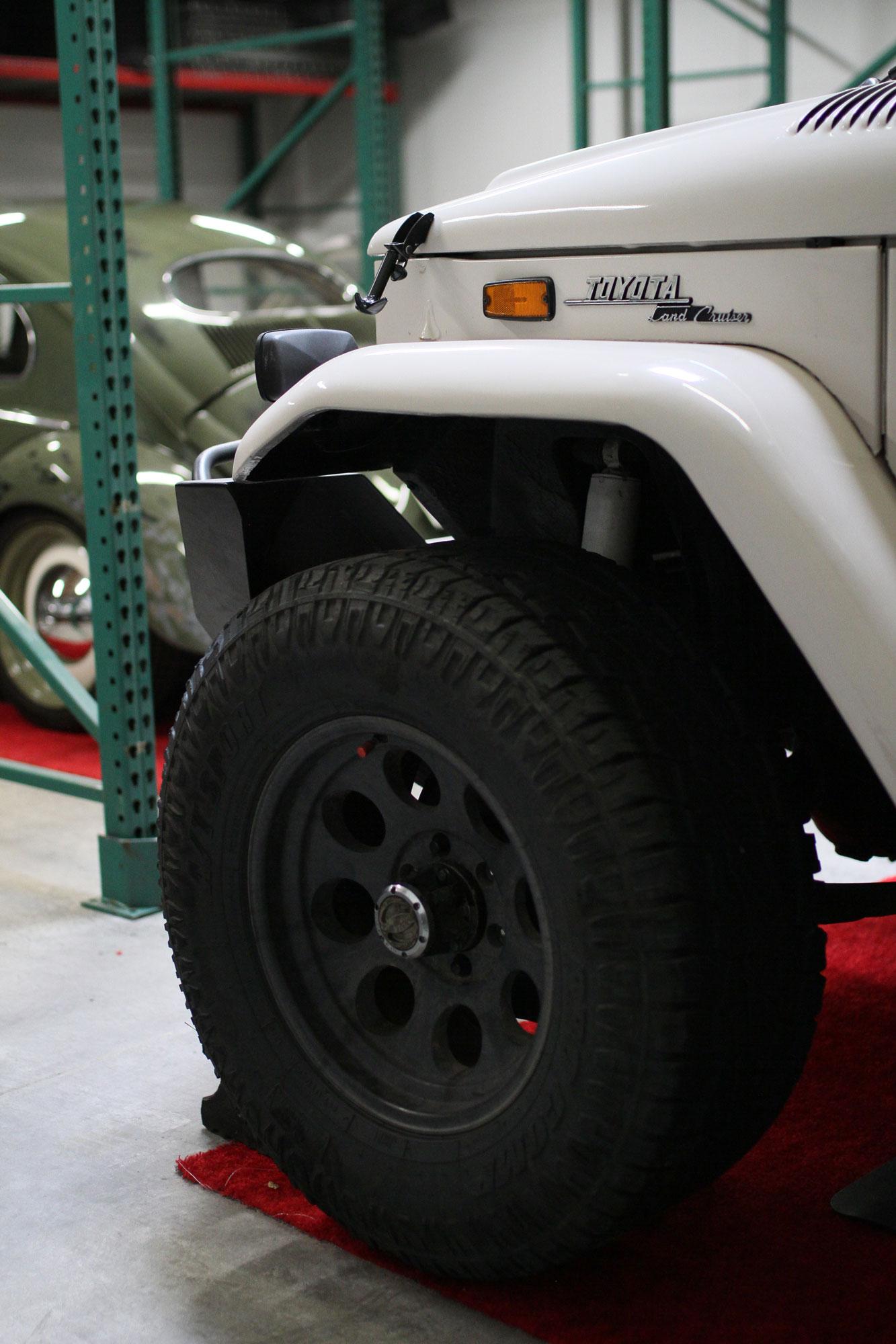 VW bubbla med klarlack och Toyota FJ40 i ett Los Angeles Garage