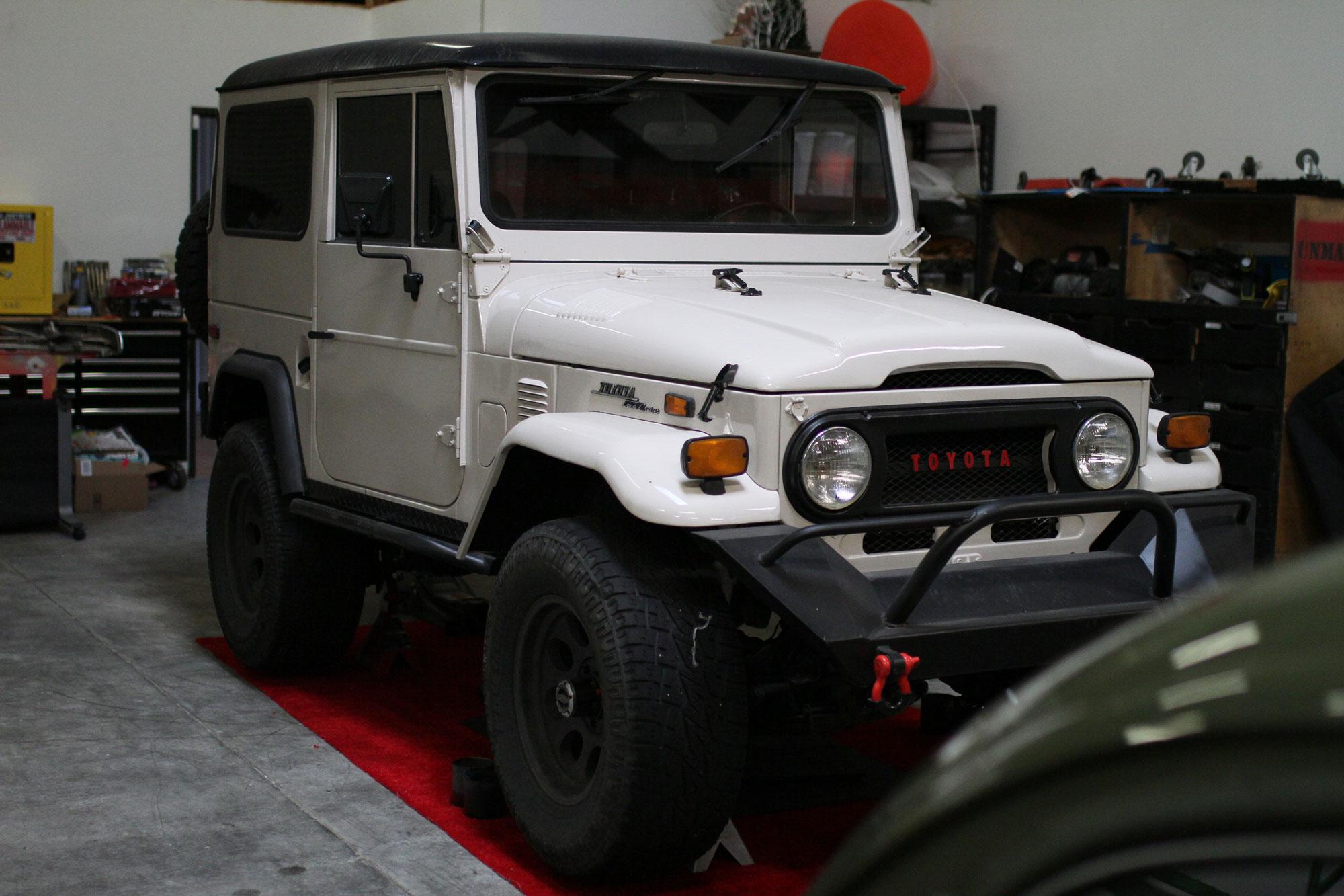 Toyota FJ40 vit som står på en röd filt matta i Juan Salgueros garage