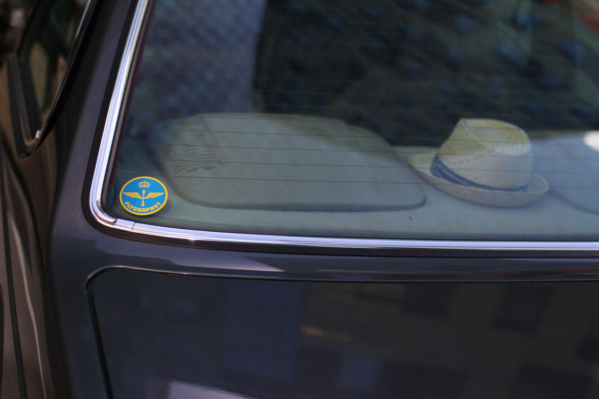Svenska Flygvapnets emblem i bakrutan på den klassiska BMW´n