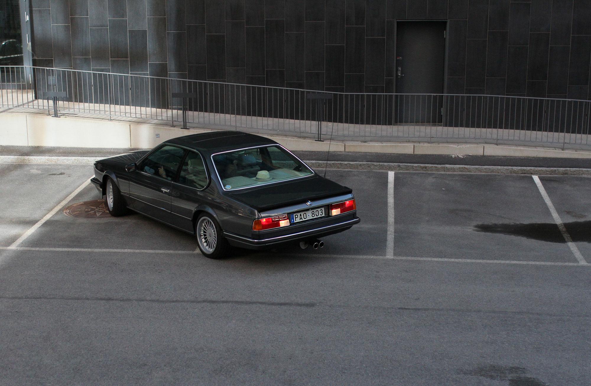 BMW som backar på en parkeringsplats.