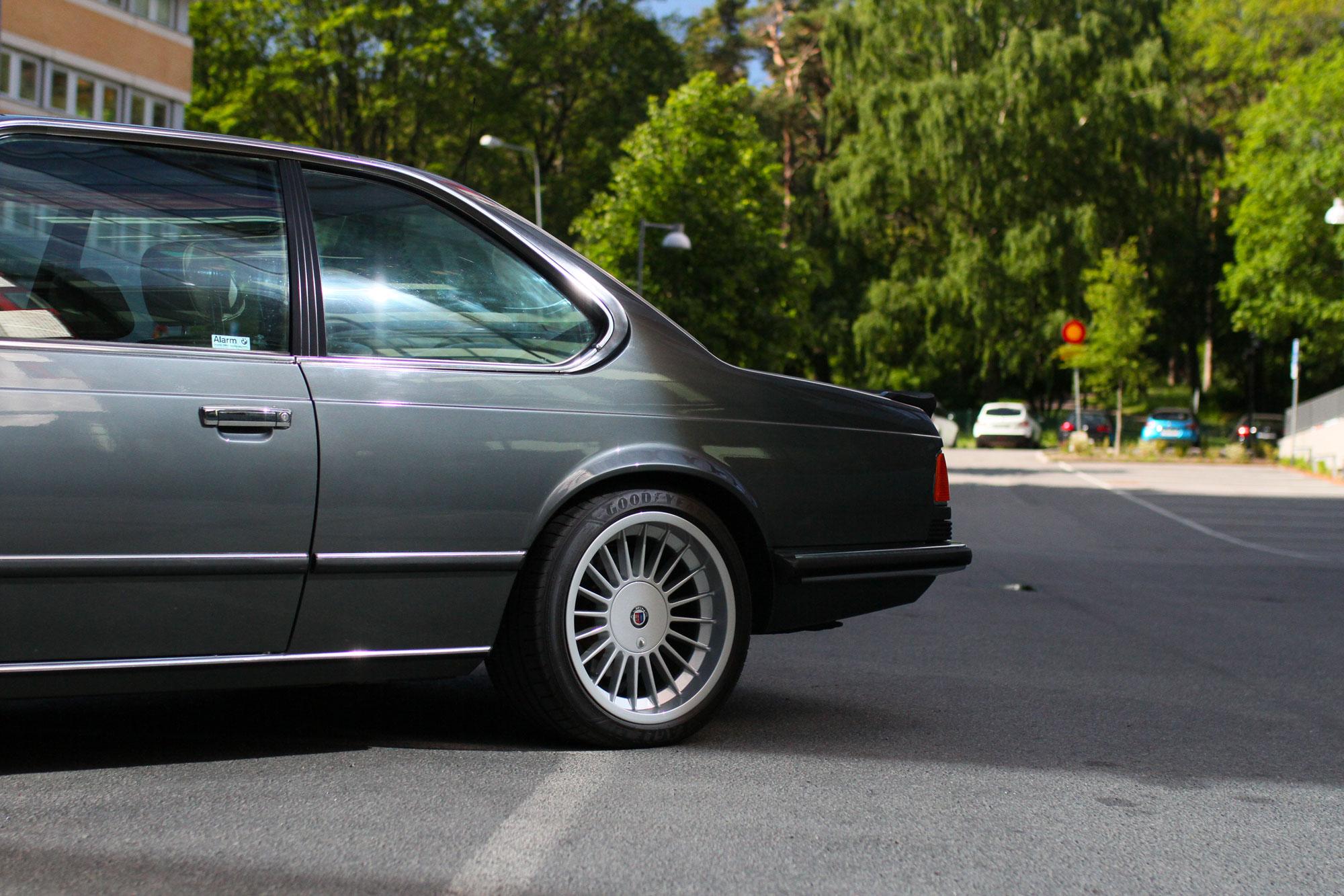 Vänstra sidan bak av en  BMW 635 CSi