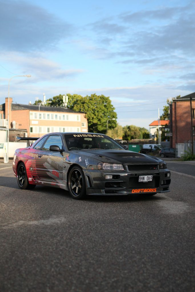 Nissan Skyline R34 - Front right