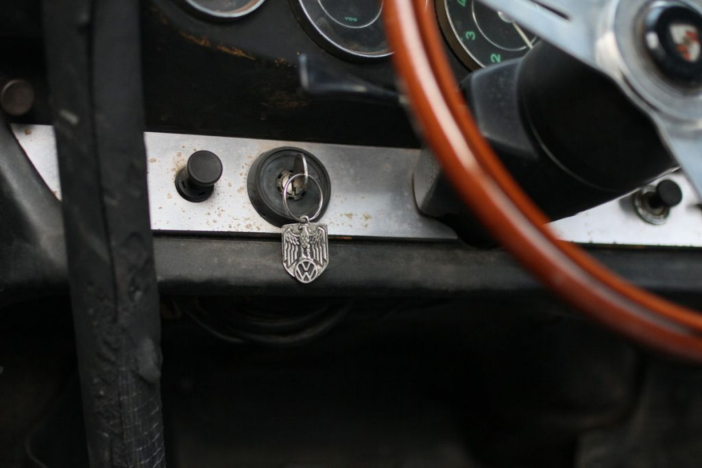 CAr Key in a rusty Porsche 912 from 1967